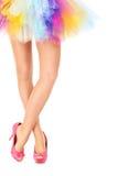 Сексуальные ноги и красочная юбка Стоковые Изображения
