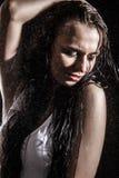 Сексуальные танцы молодой женщины под дождем Стоковая Фотография