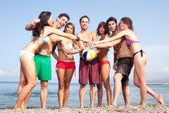 Сексуальные люди на пляже стоковые изображения rf