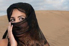 Сексуальный аравиец исполнительницы танца живота женщины в дюнах пустыни Стоковое Фото