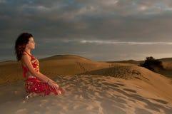 Сексуальный аравиец исполнительницы танца живота женщины в дюнах пустыни Стоковые Изображения RF