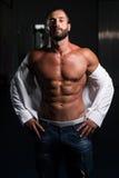 Сексуальный латинский человек представляя в белой рубашке Стоковые Фото