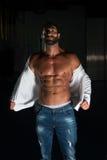 Сексуальный латинский человек представляя в белой рубашке Стоковое Фото