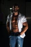 Сексуальный латинский человек представляя в белой рубашке Стоковые Изображения RF