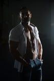 Сексуальный латинский человек представляя в белой рубашке стоковые фотографии rf