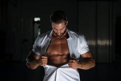 Сексуальный латинский человек представляя в белой рубашке Стоковое Изображение RF