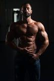 Сексуальный латинский человек представляя в спортзале Стоковое Изображение