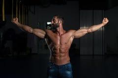 Сексуальный латинский человек представляя в спортзале Стоковые Изображения