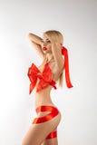 Сексуальный белокурый женщин-подарок с лентами на теле смотря прочь Стоковое Фото