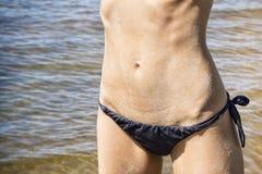 Сексуальный живот женщины на пляже Стоковое Изображение RF
