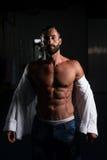 Сексуальный итальянский человек представляя в белой рубашке Стоковые Фотографии RF