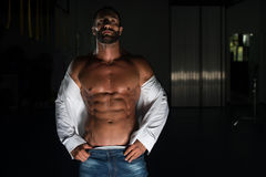 Сексуальный итальянский человек представляя в белой рубашке Стоковое фото RF