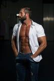 Сексуальный итальянский человек представляя в белой рубашке стоковые фото