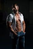 Сексуальный итальянский человек представляя в белой рубашке Стоковые Изображения RF