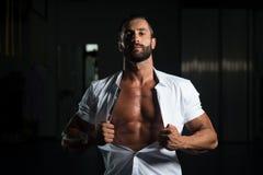 Сексуальный итальянский человек представляя в белой рубашке Стоковые Изображения