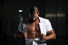 Сексуальный итальянский человек представляя в белой рубашке Стоковая Фотография