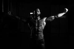 Сексуальный итальянский человек представляя в спортзале Стоковая Фотография
