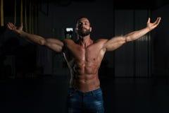 Сексуальный итальянский человек представляя в спортзале стоковое изображение rf