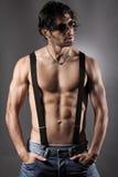 Сексуальный мачо человек с черными подтяжками Стоковые Фото