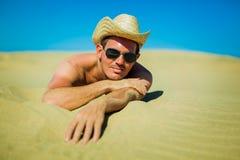 Сексуальный молодой человек на пляже Стоковая Фотография RF