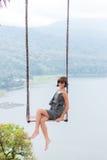Сексуальный молодой aldy отбрасывать над пропастью на волшебном тропическом острове Бали, Индонезии стоковые изображения