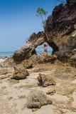 Сексуальный мужской бомж пляжа vagabond принимая на утес Стоковое Изображение