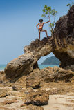 Сексуальный мужской бомж пляжа vagabond принимая на утес Стоковая Фотография RF