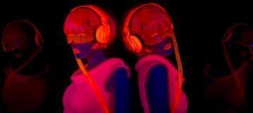 Сексуальный неоновый ультрафиолетовый танцор зарева Стоковое Изображение