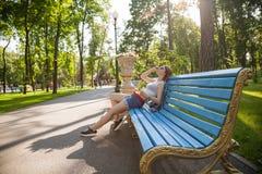 Сексуальный ослабленный сидеть девушки на стенде Стоковые Изображения