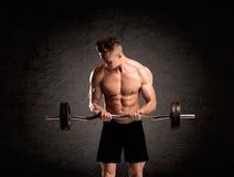 Сексуальный парень lifter веса показывая мышцы Стоковые Фотографии RF