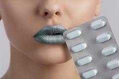 Сексуальный рот женщины с волдырем пилюлек Стоковое Изображение