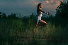 Сексуальный танец девушки в природе Стоковая Фотография RF