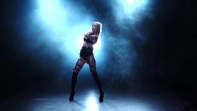 Сексуальный танцор демонстрируя ее совершенное тело Закоптелая студия, замедленное движение видеоматериал