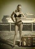 Сексуальный турист женщины смотря ее вахту в винтажной съемке Стоковые Фото
