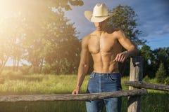 Сексуальный фермер или ковбой рядом с полем сена Стоковое Изображение RF