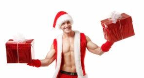 Сексуальный фитнес Санта держа коробки красного цвета Стоковая Фотография RF