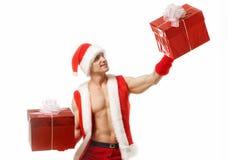 Сексуальный фитнес Санта Клаус держа коробки красного цвета Стоковая Фотография RF