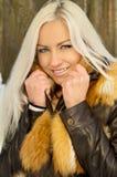 Сексуальный холод девушки в лесе Стоковые Изображения RF