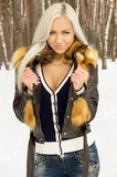 Сексуальный холод девушки в лесе Стоковая Фотография