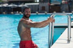 Сексуальный человек в бассейне стоковые фото