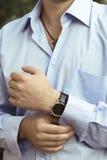 Сексуальный человек в роскошной голубой рубашке с вахтой Стоковая Фотография RF