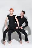 Сексуальный человек и женщина делая фотосессию моды в профессиональной студии Стоковое Изображение RF