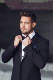 Сексуальный человек одевая смокинг и костюм стоковое фото