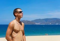 Сексуальный человек представляя на пляже Стоковые Фотографии RF
