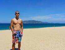 Сексуальный человек представляя на пляже Стоковые Изображения RF