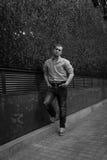 Сексуальный человек представляя около стены Стоковые Фотографии RF