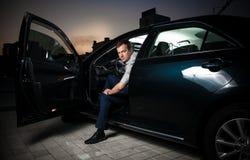 Сексуальный человек сидя в автомобиле Стоковое Фото