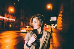 Сексуальный шикарный портрет девушки брюнет в городе ночи освещает стоковые фотографии rf