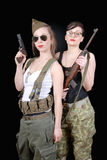 2 сексуальных женщины представляя военную форму WW2 и оружия стоковое фото rf