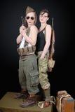 2 сексуальных женщины представляя военную форму WW2 и оружия стоковая фотография